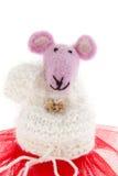 Stuk speelgoed muis in roze sjaal en een rode rok Royalty-vrije Stock Foto's
