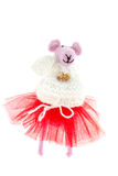Stuk speelgoed muis in roze sjaal en een rode rok Royalty-vrije Stock Afbeeldingen