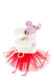 Stuk speelgoed muis in roze sjaal en een rode rok Stock Afbeeldingen