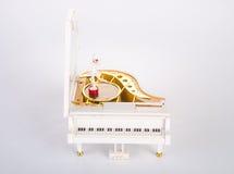 stuk speelgoed muziekdoos of pianomuziekdoos op een achtergrond Stock Foto's