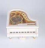stuk speelgoed muziekdoos of pianomuziekdoos op een achtergrond Royalty-vrije Stock Afbeeldingen