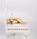 stuk speelgoed muziekdoos of pianomuziekdoos op een achtergrond Stock Afbeelding