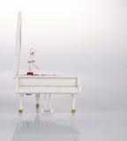 stuk speelgoed muziekdoos of pianomuziekdoos op een achtergrond Royalty-vrije Stock Afbeelding