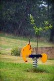 Stuk speelgoed onder de regen Royalty-vrije Stock Afbeelding