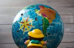 Stuk speelgoed op de achtergrond van de Aarde Stock Afbeelding