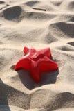 Stuk speelgoed op het strand Stock Foto's