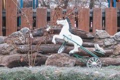 Stuk speelgoed paard in het park Royalty-vrije Stock Afbeeldingen