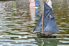 Stuk speelgoed piraatboot stock afbeelding