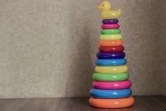 Stuk speelgoed piramide van kleurenringen Stock Foto