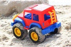 Stuk speelgoed plastic auto in zand Royalty-vrije Stock Foto's