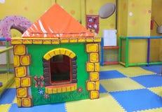 stuk speelgoed plattelandshuisje in het centrum van het kinderenvermaak royalty-vrije stock afbeeldingen