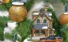 Stuk speelgoed plattelandshuisje op de achtergrond van de Kerstboom stock foto