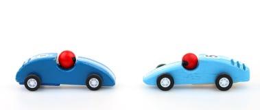 Stuk speelgoed raceauto's die naar elkaar rennen Stock Foto's
