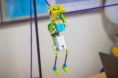 Stuk speelgoed robot van stuk speelgoed plastic kleurrijke blokken wordt gemaakt dat Royalty-vrije Stock Fotografie