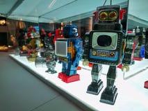 Stuk speelgoed robots op vertoning royalty-vrije stock fotografie