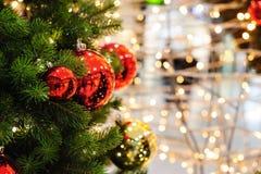 Stuk speelgoed rode ballen op de Kerstboom Royalty-vrije Stock Afbeelding