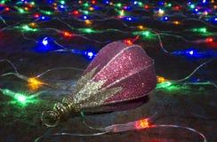 Stuk speelgoed rust op slinger van de kleurenlichten Stock Afbeeldingen