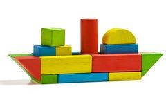 Stuk speelgoed schip houten blokken, verschepende veelkleurige vracht royalty-vrije stock afbeeldingen