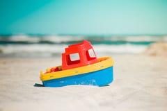 Stuk speelgoed schip op het strand Stock Foto