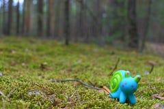 Stuk speelgoed slak op het mos Royalty-vrije Stock Foto's