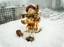 Stuk speelgoed sneeuwman in de echte sneeuw Stock Foto