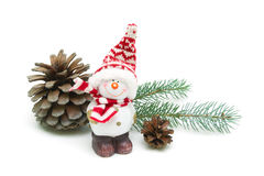 Stuk speelgoed sneeuwman en denneappels op een wit close-up als achtergrond Stock Afbeelding