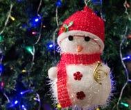 Stuk speelgoed sneeuwman in rode hoed Royalty-vrije Stock Afbeeldingen