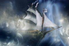 stuk speelgoed spookschip bij nacht in de mist royalty-vrije stock afbeelding