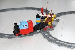 Stuk speelgoed spoorweg De treinreizen per spoor Ontwerper voor kinderen stock afbeelding