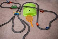 Stuk speelgoed spoorweg op eenvormig patroon Met plaats voor tekst Het natuurlijke patroon sneed Witboek af Stock Afbeelding