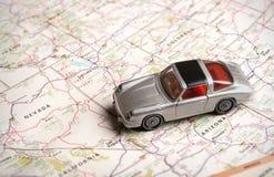 Stuk speelgoed sportwagen op een wegenkaart Royalty-vrije Stock Foto