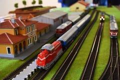 Stuk speelgoed station met treinen stock afbeeldingen