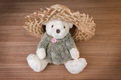 Stuk speelgoed teddybeer en hoed op houten achtergrond Stock Fotografie