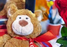 Stuk speelgoed teddybeer met een rode boog stock foto's
