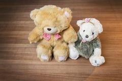 Stuk speelgoed teddybeer op houten achtergrond Stock Afbeeldingen