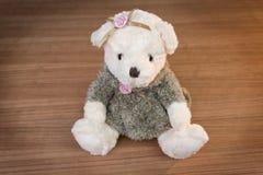 Stuk speelgoed teddybeer op houten achtergrond Stock Afbeelding