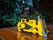 Stuk speelgoed tractor bij het tuinhuis in vakantie voor baby royalty-vrije stock afbeelding