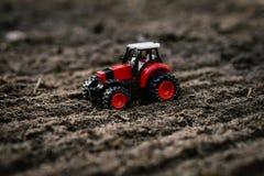 Stuk speelgoed tractor op het gebied Stock Foto's