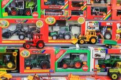 Stuk speelgoed tractoren voor verkoop in winkel Stock Foto