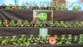 Stuk speelgoed tractoren voor verkoop in winkel Royalty-vrije Stock Afbeelding
