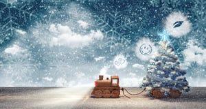 Stuk speelgoed trein die met Kerstboom bij sneeuw de winternacht aankomen Stock Afbeeldingen