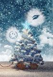 Stuk speelgoed trein die met Kerstboom bij sneeuw de winternacht aankomen Royalty-vrije Stock Fotografie