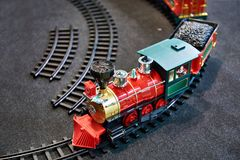 Stuk speelgoed trein en de spoorweg van kinderen stock afbeelding