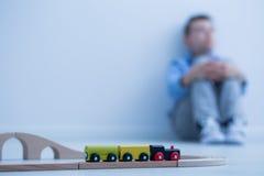Stuk speelgoed trein en weinig jongen Stock Fotografie