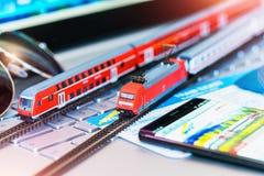 Stuk speelgoed trein, kaartjes, paspoort en betaalpas op laptop of notitieboekje Stock Foto
