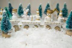 Stuk speelgoed trein op witte achtergrond voor Kerstmis stock foto