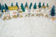 Stuk speelgoed trein op witte achtergrond voor Kerstmis stock afbeelding