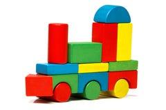 Stuk speelgoed trein, veelkleurig voortbewegings houten blokkenvervoer stock afbeelding