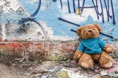 Stuk speelgoed van dakloos jong geitje Royalty-vrije Stock Fotografie