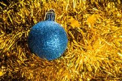 Stuk speelgoed van de Kerstmis het blauwe boom op een gouden klatergoudachtergrond Royalty-vrije Stock Foto's